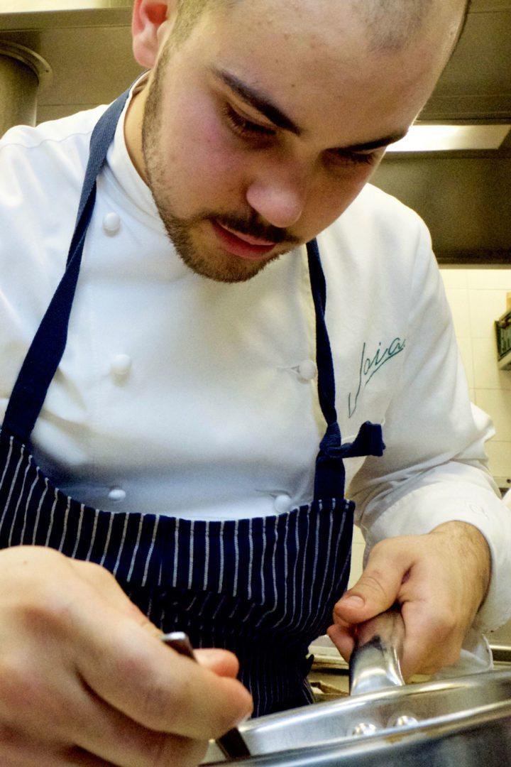 jacopo ticchi in cucina mentre prepara impasto ravioli cucina vegetariana