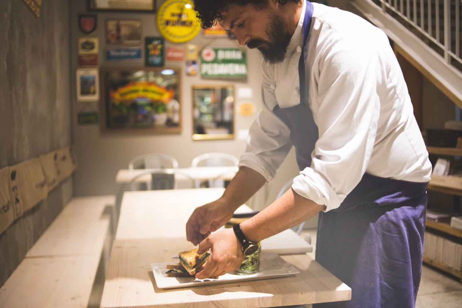 Foto di Piergiorgio Parini mentre prepara un piatto