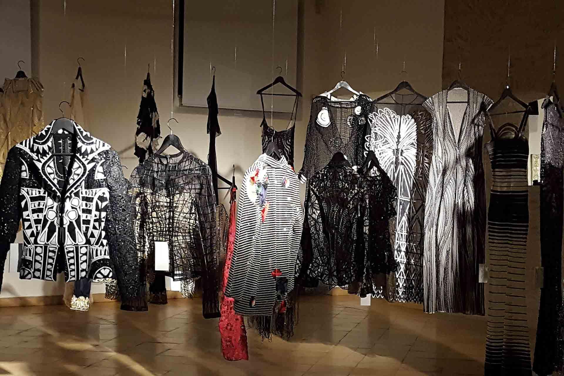 moda ricamata in mostra a Forlì