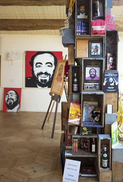 Scultura con cassetti di Mauro Roselli, Casa Museo Luciano Pavarotti – Modena