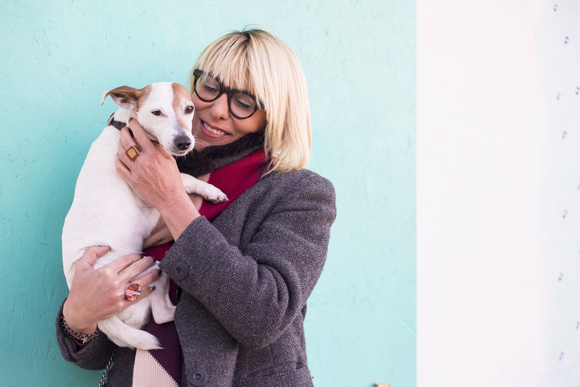 donna con in braccio il suo cane