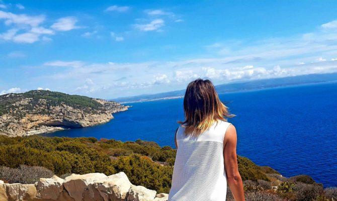 Sardegna: Donna Che Guarda Il Panorama